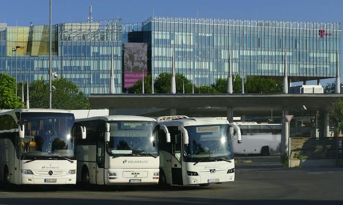 A rendőrség ellenőrzi a maszkviselést a buszállomásokon
