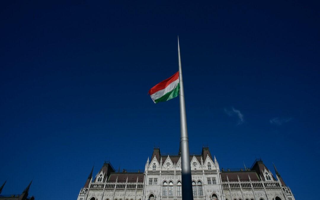 Felvonták a nemzeti lobogót a Parlament előtt az államalapítás ünnepének alkalmából