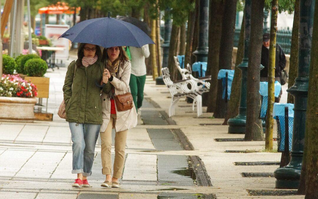 Esős, viharos idővel jön a lehűlés pénteken