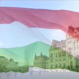 Felvonták, majd félárbócra engedték a nemzeti lobogót a magyar Parlament előtt