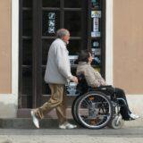 A koronavírus miatt önkéntes vásárlási idősávokat találtak maguknak az idősek, sokan így védekeznek