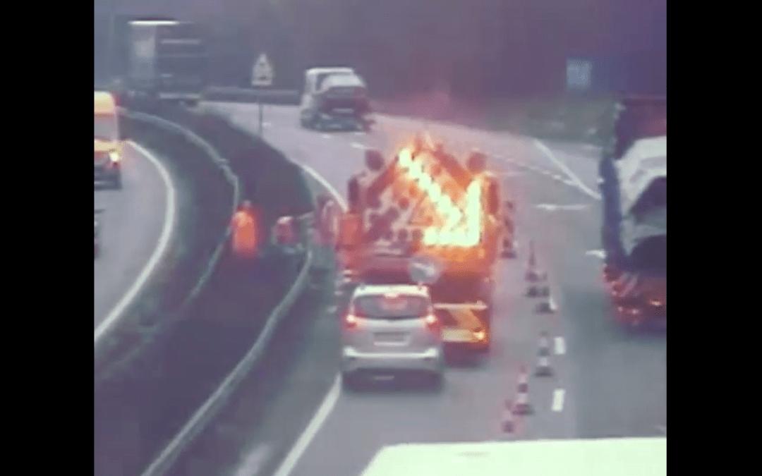 Újabb munkaterületre becsapódó autót rögzített a Magyar Közút kamerája az M1-es autópályán