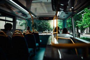 Önvezető buszt tesztelnek városi forgalomban - a helyiek ingyenesen kipróbálhatják