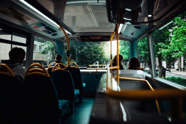 Önvezető buszt tesztelnek városi forgalomban – a helyiek ingyenesen kipróbálhatják