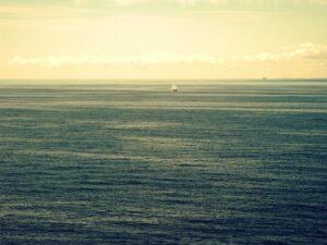 Az óceánba zuhant és 14 órát töltött a vízben egy tengerész