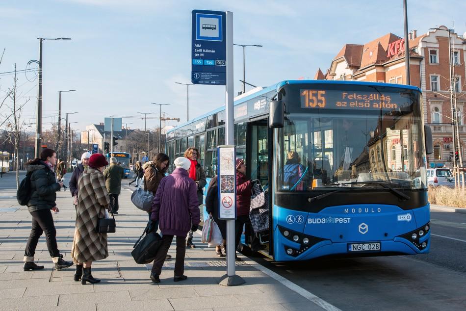 BKK: átmenetileg nem lehet felszállni az első ajtókon a buszokra és trolikra