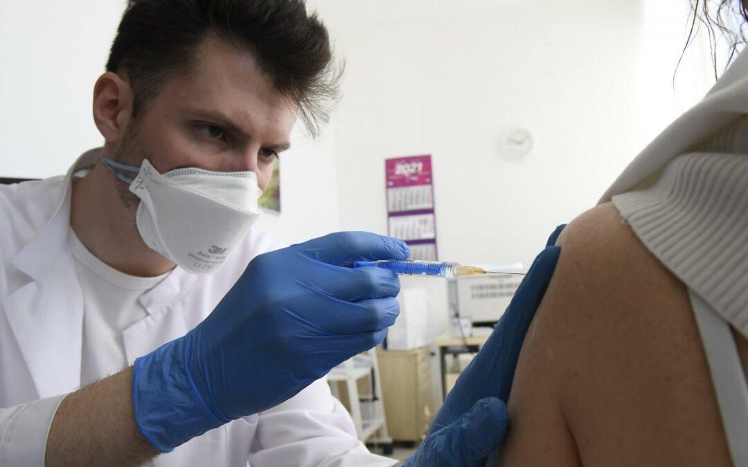 Mostantól kötelező az oltás az egészségügyi dolgozóknak