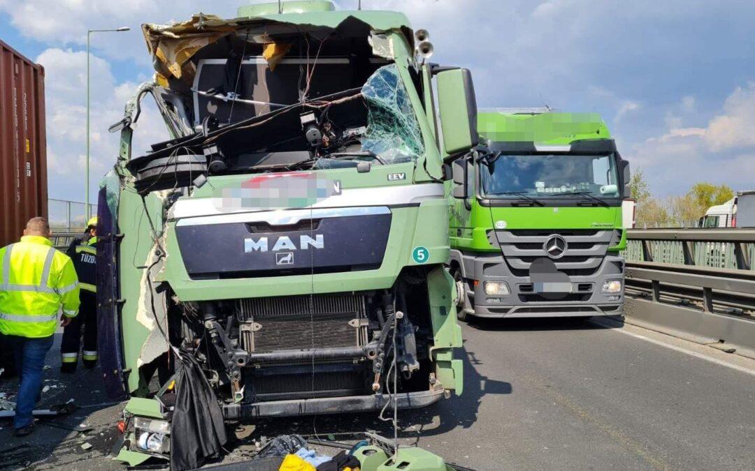 Két kamion ütközött az M0-son – teljes útzár
