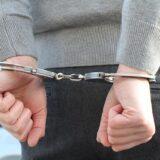 Kattant a bilincs az M1-es környékén portyázó háromfős bűnbanda kezein
