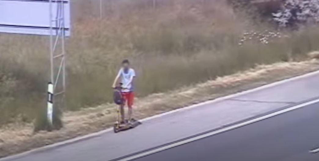 Magyar közút: elektromos rollerrel közlekedett egy férfi az M1-es autópályán