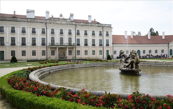 Átadták a fertődi Esterházy-kastély felújított nyugati szárnyát
